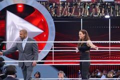 La H tripla e Stephanie McMahon sorridono in mezzo all'anello Fotografia Stock Libera da Diritti
