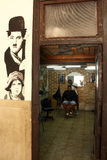 La Habana,古巴- 11月14日2014年:有顾客的地方理发师 图库摄影