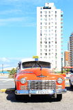 La Habana,古巴- 11月14日2014年:老美国汽车为游人提供出租汽车服务全部沿城市 库存照片