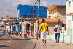 LA HABANA, CUBA: calle vieja auténtica en la ciudad de La Habana en el distrito viejo de Serrra foto de archivo libre de regalías