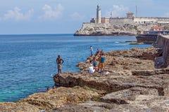 LA HABANA, CUBA - 1 DE ABRIL DE 2012: Adolescentes que nadan cerca del castillo de Moro imagen de archivo libre de regalías
