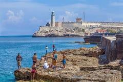 LA HABANA, CUBA - 1 DE ABRIL DE 2012: Adolescentes que nadan cerca del molde de Moro Fotografía de archivo libre de regalías