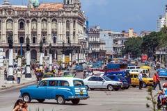 LA HABANA, CUBA - 1 DE ABRIL DE 2012: Circulación densa con las bicis del taxi imágenes de archivo libres de regalías