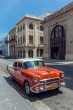 LA HABANA, CUBA - 1 DE ABRIL DE 2012: Coche anaranjado del vintage de Chevrolet Foto de archivo libre de regalías