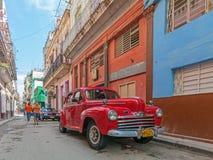 LA HABANA, CUBA - 1 DE ABRIL DE 2012: Coche rojo del vintage de Ford Imágenes de archivo libres de regalías