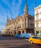LA HABANA, CUBA - 2 DE ABRIL DE 2012: Coches retros parqueados delante de Grea foto de archivo libre de regalías