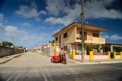 LA HABANA, CUBA - 10 de diciembre de 2014 impulsión clásica de la bici en la calle adentro Imagen de archivo libre de regalías