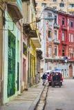 LA HABANA, CUBA - 4 DE DICIEMBRE DE 2015: Escena urbana con el colonial colorido b Fotos de archivo libres de regalías