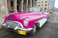 LA HABANA, CUBA 27 DE ENERO DE 2013: mujer que conduce el coche viejo en la calle en La Habana vieja Imagen de archivo