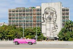 LA HABANA, CUBA - 21 DE FEBRERO DE 2016: Retrato de Che Guevara en el ministerio del interior en Plaza de la Revolucion fotos de archivo