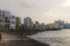 La Habana, Cuba - 14 de mayo de 2015: La vista del bulevar de la orilla del mar del EL Malecon de Malecon en el distrito viejo de imagen de archivo libre de regalías