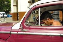 LA HABANA, CUBA - 30 de mayo de 2013 varón cubano joven que se sienta en clas viejos Fotos de archivo libres de regalías