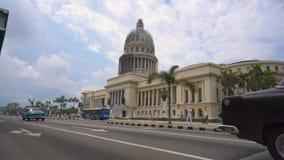LA HABANA, CUBA - 13 DE MAYO DE 2018 - EL Capitolio, o el edificio del capitolio nacional con los coches y la gente americanos de almacen de video