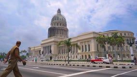 LA HABANA, CUBA - 13 DE MAYO DE 2018 - EL Capitolio, o el edificio del capitolio nacional con los coches y la gente americanos de metrajes