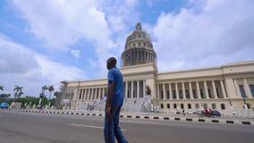 LA HABANA, CUBA - 13 DE MAYO DE 2018 - EL Capitolio, o el edificio del capitolio nacional con los coches y la gente americanos de almacen de metraje de vídeo