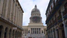 LA HABANA, CUBA - 13 DE MAYO DE 2018 - opinión de la calle de la bóveda del EL Capitolio en ciudad vieja con la gente y los coche almacen de video