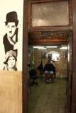 La Habana, Cuba - 14 de noviembre de 2014: Peluquero local con el cliente fotografía de archivo