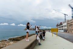 LA HABANA, CUBA - 21 DE OCTUBRE DE 2017: Chicas jóvenes que presentan en la avenida de Malecon, La Habana, Cuba Imágenes de archivo libres de regalías
