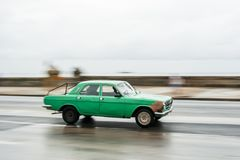 LA HABANA, CUBA - 21 DE OCTUBRE DE 2017: Coche viejo en La Habana, Cuba Pannnig Vehículo retro generalmente usando como taxi para foto de archivo libre de regalías