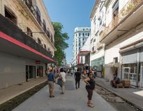 LA HABANA, CUBA - 24 DE OCTUBRE DE 2017: Havana Old Town con arquitectura local y gente Imagen de archivo libre de regalías