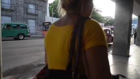 LA HABANA, CUBA - 20 DE OCTUBRE DE 2017: Havana Old Town con el taxi que espera de la gente para almacen de video