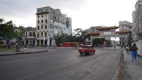 LA HABANA, CUBA - 20 DE OCTUBRE DE 2017: Havana Old Town con el vehículo turístico y viejo del taxi almacen de video