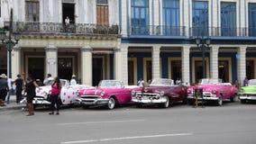 LA HABANA, CUBA - 20 DE OCTUBRE DE 2017: Havana Old Town con el vehículo turístico y viejo del taxi almacen de metraje de vídeo
