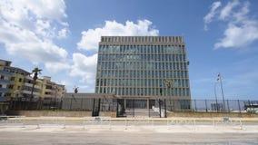 LA HABANA, CUBA - 20 DE OCTUBRE DE 2017: Havana Old Town con la embajada de unido indicado de América almacen de metraje de vídeo