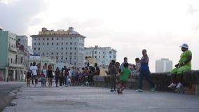 LA HABANA, CUBA - 20 DE OCTUBRE DE 2017: Havana Old Town con la gente Avenida de Malecon metrajes