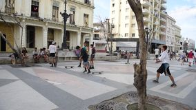 LA HABANA, CUBA - 20 DE OCTUBRE DE 2017: Havana Old Town con la gente Avenida de Malecon almacen de video