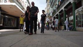 LA HABANA, CUBA - 20 DE OCTUBRE DE 2017: Havana Old Town con la gente Avenida de Malecon almacen de metraje de vídeo