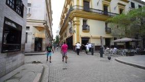 LA HABANA, CUBA - 20 DE OCTUBRE DE 2017: Havana Old Town con los viejos vehículos y gente turísticos metrajes