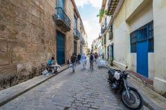LA HABANA, CUBA - 23 DE OCTUBRE DE 2017: Havana Old Town Street con la gente Foto de archivo