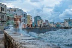 LA HABANA, CUBA - 20 DE OCTUBRE DE 2017: Havana Old Town y área de Malecon con las ondas del mar del Caribe imágenes de archivo libres de regalías