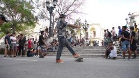 LA HABANA, CUBA - 20 DE OCTUBRE DE 2017: Havana Old Town y patinadores en la acera almacen de metraje de vídeo