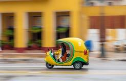 LA HABANA, CUBA - 21 DE OCTUBRE DE 2017: Tuk amarillo Tuk en La Habana, Cuba Vehículo del taxi Imagen de archivo libre de regalías