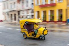 LA HABANA, CUBA - 21 DE OCTUBRE DE 2017: Vehículo amarillo del taxi de Tuk Tuk en La Habana, Cuba La mujer es conductor Fotos de archivo