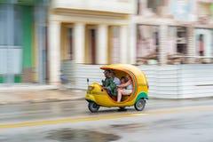 LA HABANA, CUBA - 21 DE OCTUBRE DE 2017: Vehículo amarillo de Tuk Tuk como taxi en La Habana, Cuba Fotografía de archivo