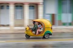 LA HABANA, CUBA - 21 DE OCTUBRE DE 2017: Vehículo amarillo de Tuk Tuk como taxi en La Habana, Cuba Imagenes de archivo