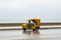 LA HABANA, CUBA - 21 DE OCTUBRE DE 2017: Vehículo amarillo de Tuk Tuk del taxi en La Habana, Cuba Imagen de archivo