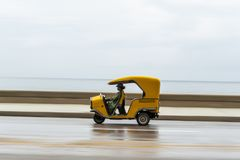 LA HABANA, CUBA - 21 DE OCTUBRE DE 2017: Vehículo amarillo de Tuk Tuk del taxi en La Habana, Cuba Imagenes de archivo