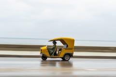 LA HABANA, CUBA - 21 DE OCTUBRE DE 2017: Vehículo amarillo de Tuk Tuk del taxi en La Habana, Cuba Conductor de la mujer Fotografía de archivo libre de regalías