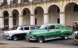 LA HABANA 27 DE ENERO - 2013: Coche retro viejo a en la ciudad, en la calle en La Habana vieja, Cuba Foto de archivo libre de regalías
