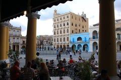 La Habana Kuba - November 10th av 2014: Turister tar något att dricka i plazaen Vieja Fotografering för Bildbyråer