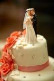 La habitación divertida de las estatuillas en una torta blanca de la boda de lujo adornó w Fotos de archivo libres de regalías