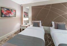 La habitación moderna con la cama grande Imagen de archivo libre de regalías