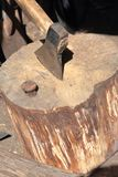 La hache est martel?e dans une plate-forme en bois photos libres de droits
