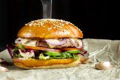 La hamburguesa con ajo está en el papel de Kraft Imágenes de archivo libres de regalías