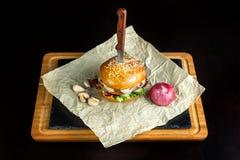 La hamburguesa con ajo está en el papel de Kraft Foto de archivo