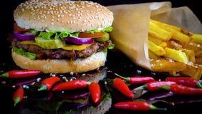 La hamburguesa hecha en casa sabrosa con potatos sirvió en la placa de piedra almacen de metraje de vídeo